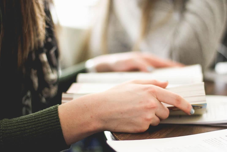 femme travaillant avec sa bible