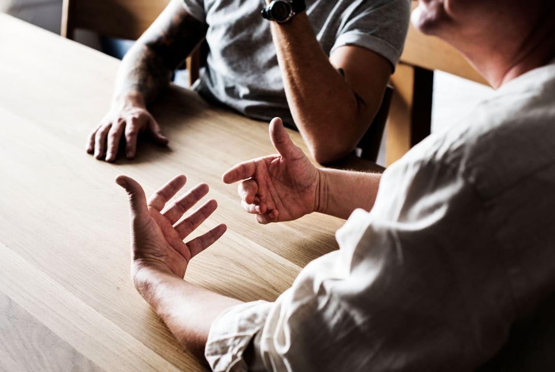 discussions entre personnes assises à une table