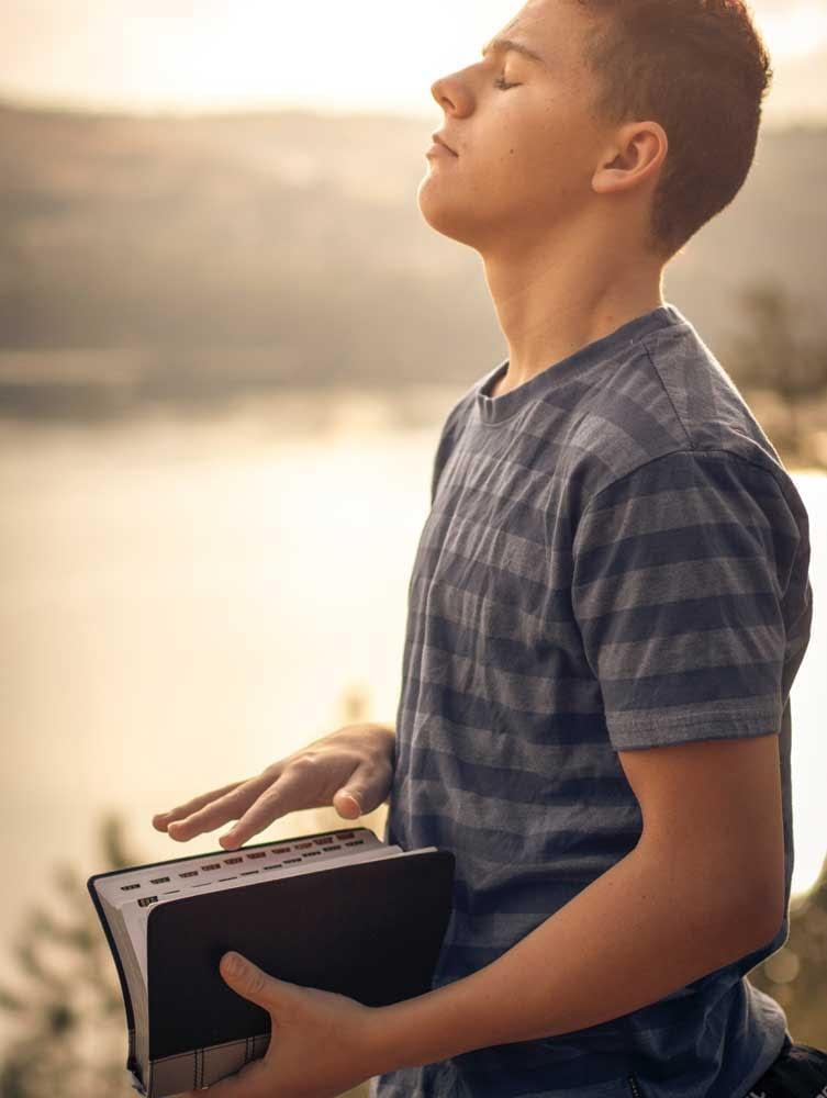 adolescent méditant sur les Ecritures