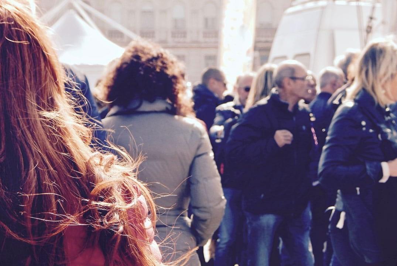 foule dans une rue de Compiègne