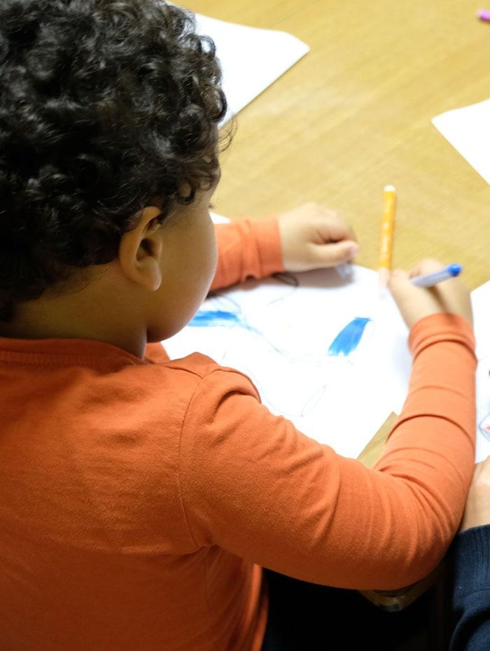 petit garçon dessinant pendant l'animation biblique