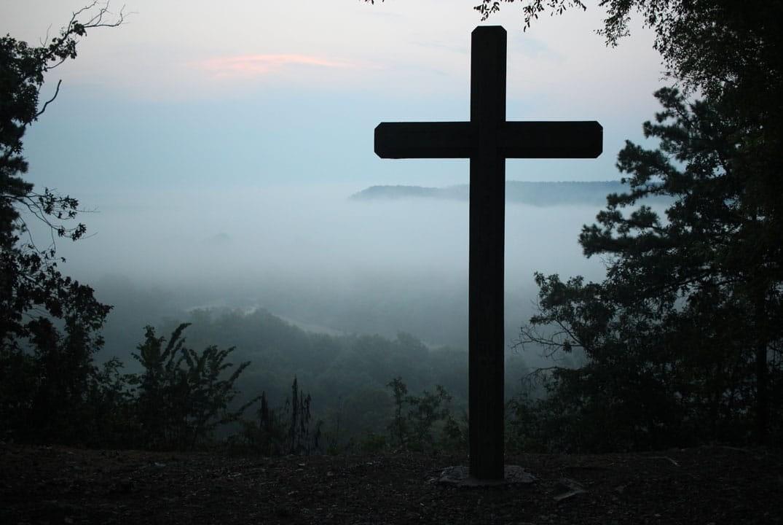croix devant un paysage brumeux