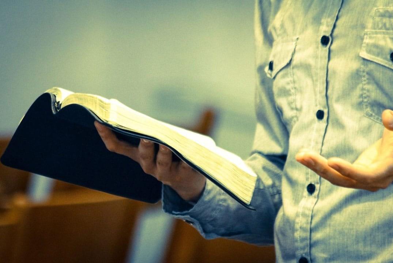 enseignant tenant une bible