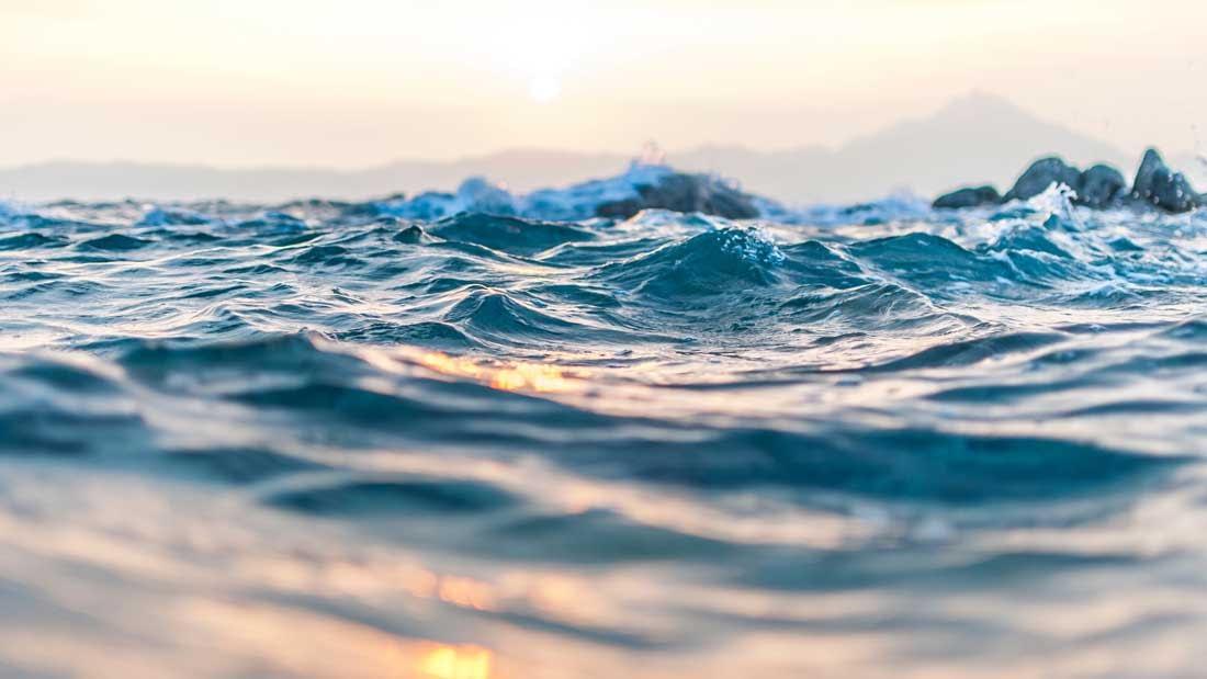 au ras de l'eau, reflet du soleil