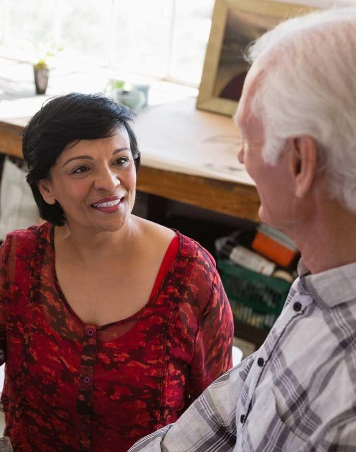 femme asiatique témoignant auprès d'un collègue plus âgé